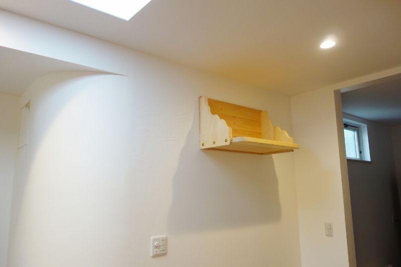 カーブする壁面とマッチした神棚板