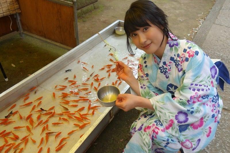 淡い色の浴衣を着て笑顔で金魚すくいをする土屋太鳳