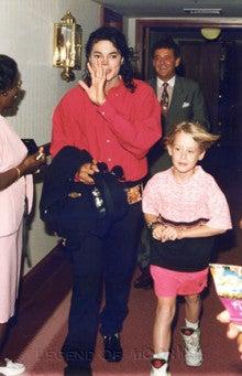 マイケルは32歳で、マコーレーよりも20歳年上なのにも関わらず、 「僕たち、同い年だよ!」と、マイケルはバミューダで  レポーターに息を弾ませながら言った。