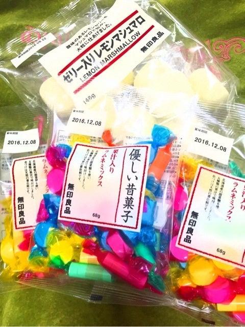 北海道産の甜菜糖を使い、5種類の果汁で味付けされているやさしい味わいの「優しい昔菓子 果汁入り ラムネミックス」120円(税込)。口のなかでじゅわっと溶けると、  ...