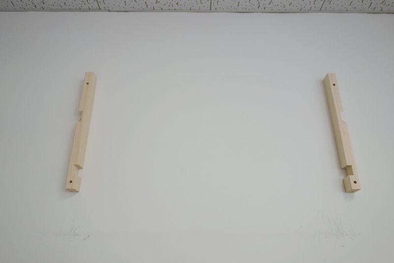 神棚を支える柱を壁に固定