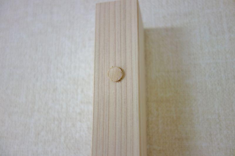 ビス穴に檜木片を埋め込む作業