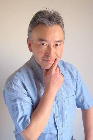シャツを着用している声優の古澤徹