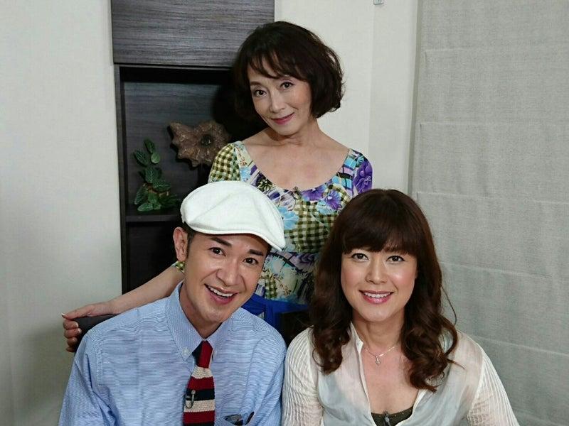芸能人仲間と一緒に笑顔で写真に写る島田陽子