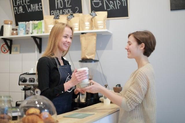 コーヒーショップの店員と客
