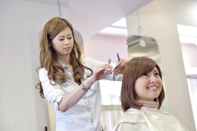 サロンで髪をカットする美容師