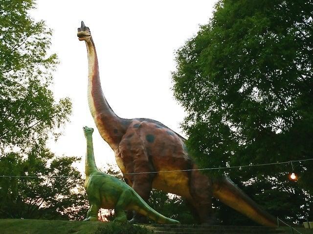中央門を直進すると、恐竜像が出迎えてくれる「野外恐竜ランド」。