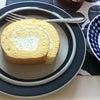 アラビアのお皿とセブンイレブンのロールケーキの画像