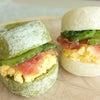2色パンのサンドイッチの画像