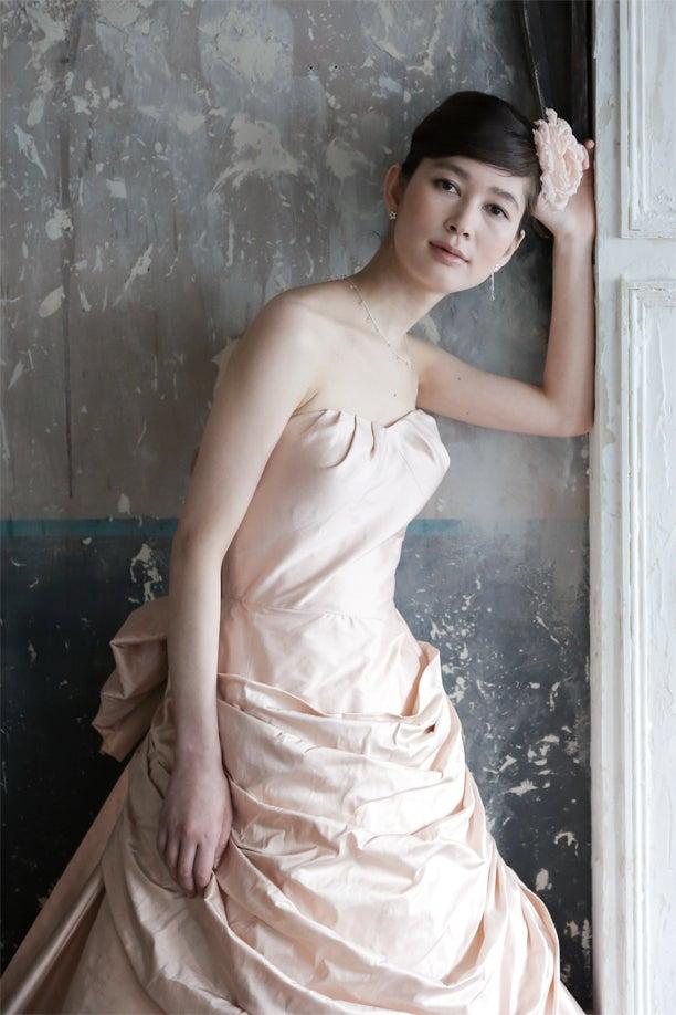 e6882ffa802b0 写真のドレスは、イギリス製のシルクタフタを用いて制作したドレス。