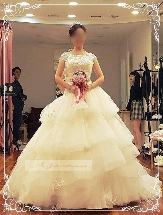 弊社提携のドレスショップで、撮影前日にお衣装合わせが1時間半から2時間ほどかけてお選び頂きます ラブラブ