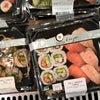 カナダのスーパーで販売しているお寿司の画像