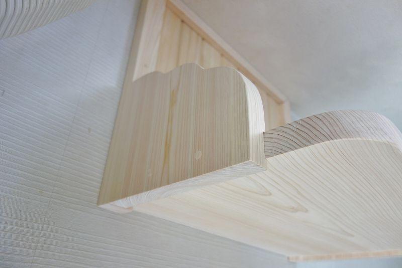 雲形支柱のビス穴を木片で埋めます