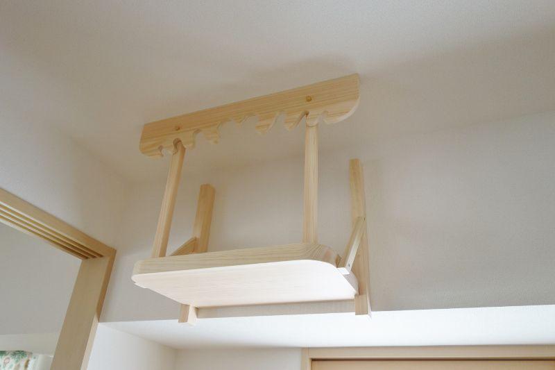 支柱のビス穴を檜木片で塞ぐ工程