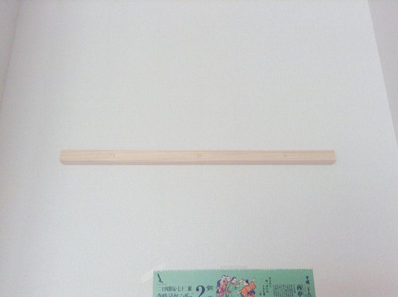 石膏ボード壁にアンカーを入れ支柱を固定
