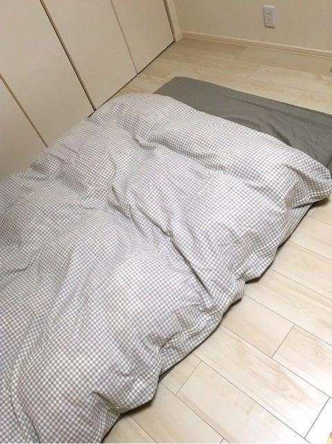 ベッドの横に飾っているファブリックパネルやお布団カバーの色とも合ってるんじゃないでしょうか♪