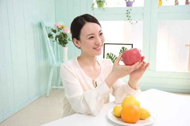 リンゴを持っている女性