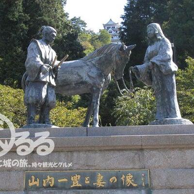 武将の銅像 | 山内一豊と千代の銅像 - 千代の内助の功!名シーンな銅像 | 地の記事に添付されている画像