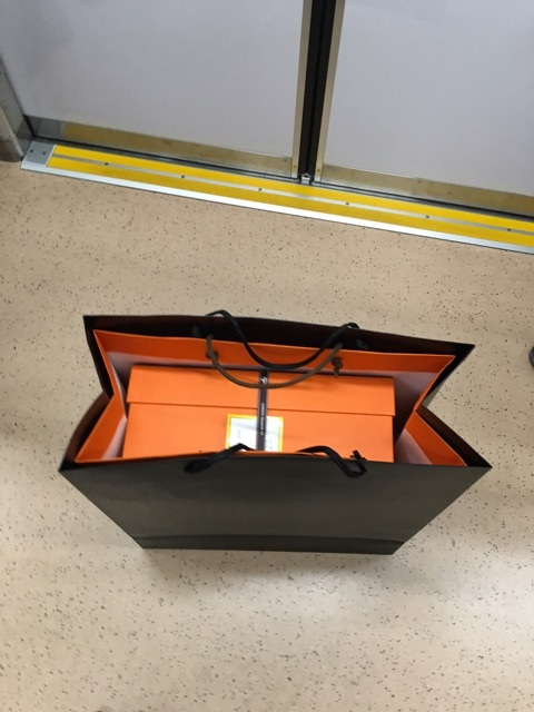 caf42791db47 {1E602464-F299-445C-875A-56DF2508A27D}. エルメスで. お願いすると. オレンジショップ袋の上に ...