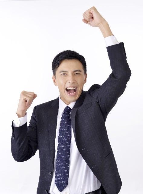 手を挙げて喜んでいる男性