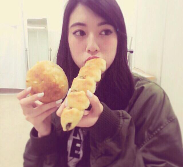 パンを食べる三吉彩花