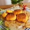トマトジュース入り♡フライパンでお手軽クイックチーズ入りパンの画像