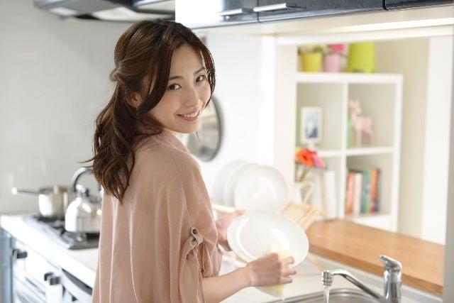 洗い物をしている女性