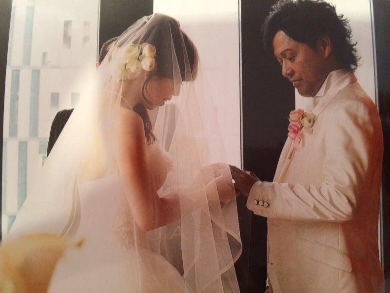 幸せな結婚式の指輪交換