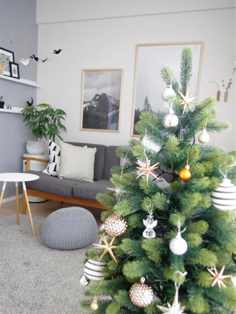 今年買い足したスタジオクリップのオーナメントとクリスマスツリーを飾る
