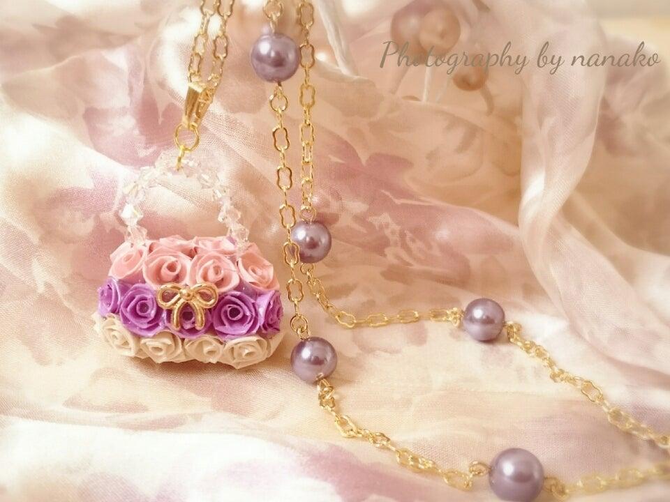 バラのお花で作った小さなバック。もちろん底もバラのお花です。の記事より