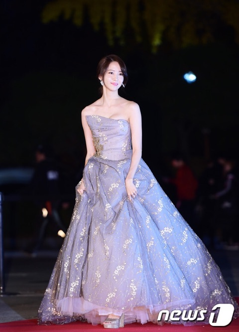 Asia Artist Awards 2016でのドレス姿の少女時代ユナ