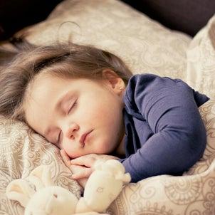 子どもの寝顔の画像