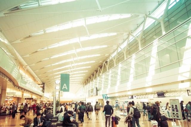 空港のカウンターの前で待っている人達