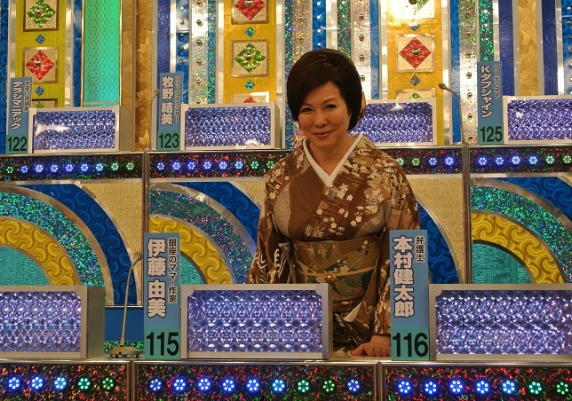 テレビ朝日収録スタジオセット前で 由美ママ