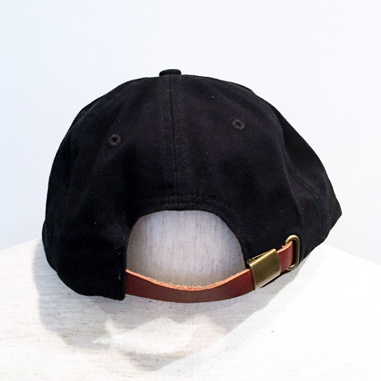 dbfbeae286414 フロントにスマイリーをモチーフにしたワッペンが施された帽子です。 レザー製のベルトでサイズ調節が可能です。