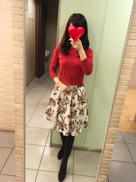 コーデ お気に入り花柄スカート×赤ニット