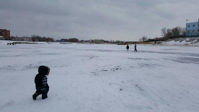 凍ったウラル川で遊ぶ   ともり...