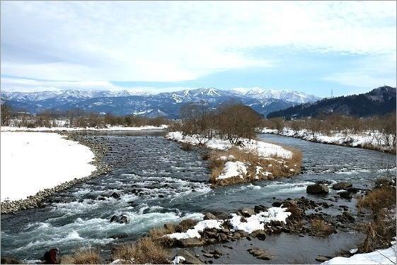 冬の九頭竜川と山並み