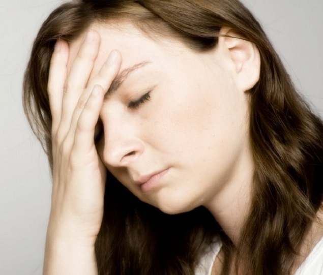 花粉症で頭が痛い人
