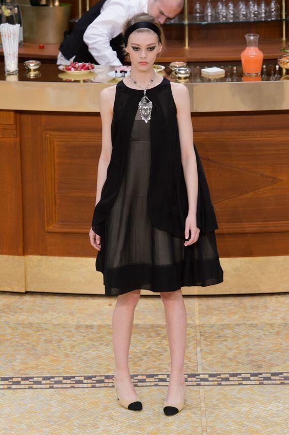 32296c98ebbcb ココ・シャネルは、黒は喪を表す色ではなく「シックでモードな最先端の色で、最も着る人の個性を引き立てる色」として黒一色でまとめたドレス  をコレクションで発表。