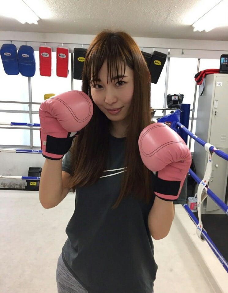 キックボクシングをする塩地美澄
