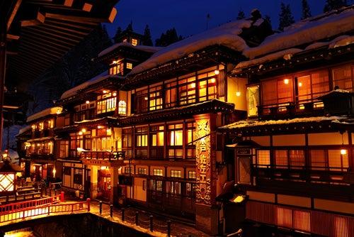 山形県・銀山温泉 厳冬期の雪あかりの夜景