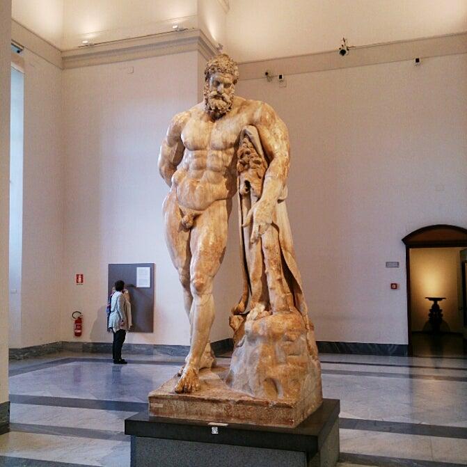 ナポリ考古学博物館でファルネー...