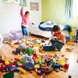 子どもにおもちゃを片…