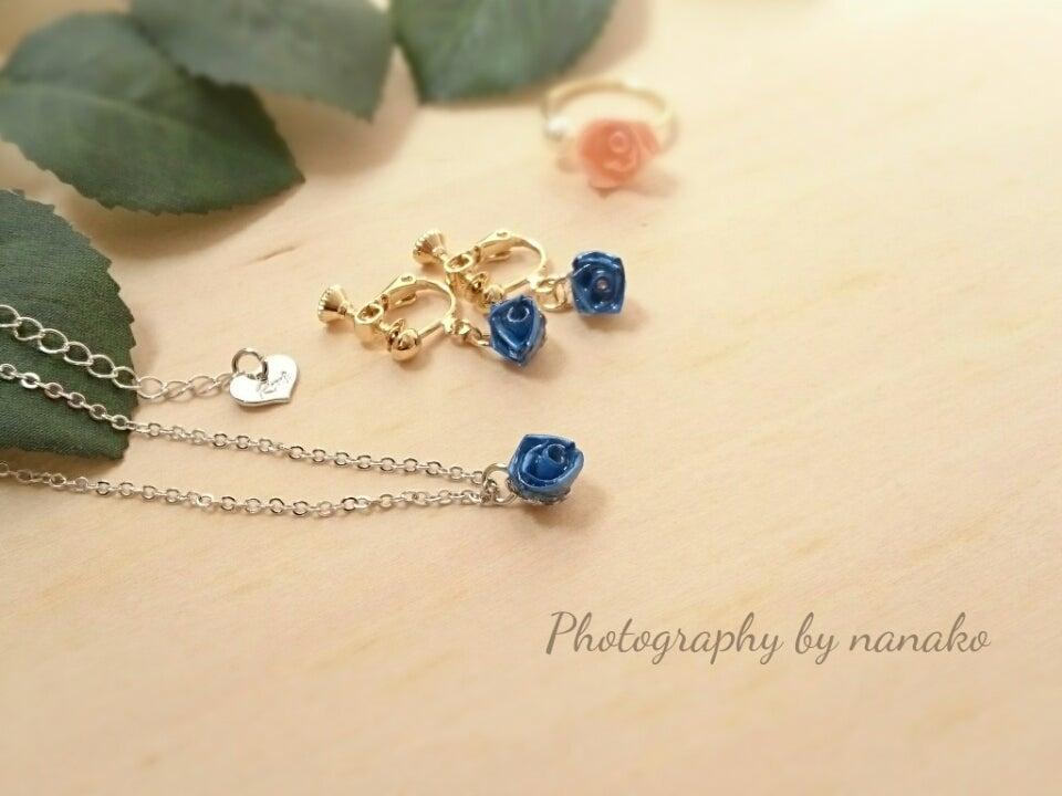 ネックレスとイヤリングはおそろいのブルーで♪の記事より