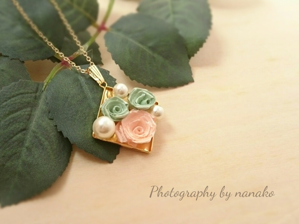 ペールトーンの薔薇で、可憐なネックレスが出来上がりました。の記事より