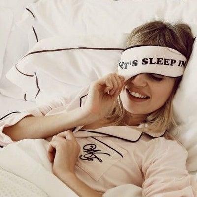 「遅くまで寝る」を表す英語表現2つの記事に添付されている画像