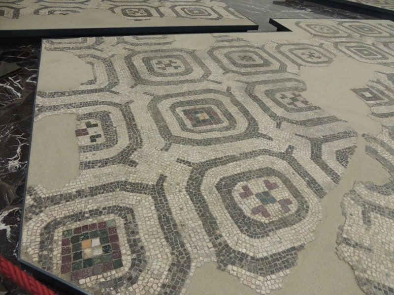大理石の床の展示とフォルメッロ...