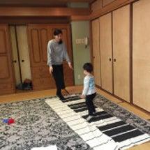 ピアノに触れるリトミ…