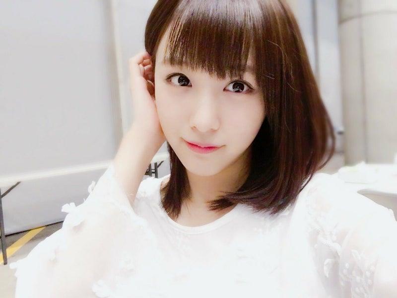 髪の毛を耳にかける鎌田菜月